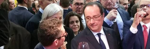 Jérôme Despey (premier plan), François Hollande et Jean-Marie Barillère sur le pavillon des vins