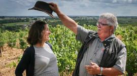 Guy Rochais donne les clés du château de Plaisance à Vannessa Cherruau