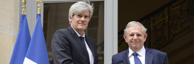 Nommé aujourd'hui à 15h, Jacques Mézard (à droite) a pris ses fonctions à 16h rue de Varenne, succédant à Stéphane Le Foll (à gauche).