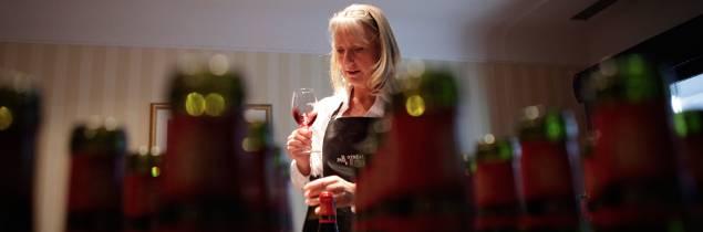 Ayant réalisé ses premiers services professionnels de vin à l'âge de 16 ans, Véronique Rivest.
