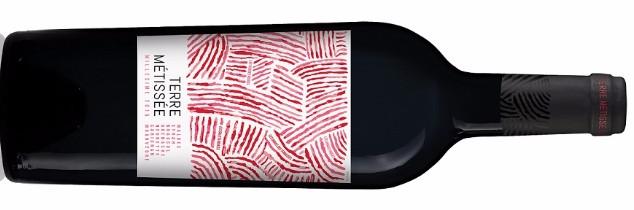 Terre Métissée est l'une des deux cuvées réunissant dans une bouteille des jus du roussillon et ceux de terres de Vinovalie.