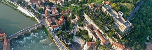 Site inscrit au patrimoine mondial de l'UNESCO en l'an 2000, la ville de Vérone est mondialement connue pour servir de toile de fond à la pièce Roméo et Juliette de William Shakespeare.
