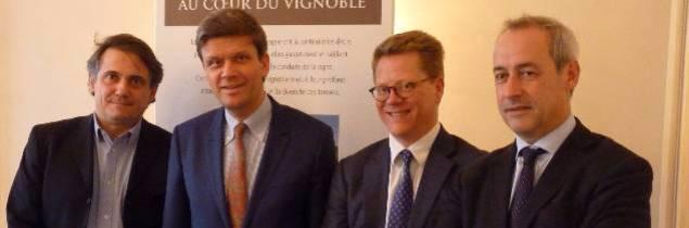 De gauche à droite: Bruno Mallet, représentant le négoce du Beaujolais et nouveau vice-président du syndicat (vins Aujoux), Frédéric Drouhin, président (maison J Drouhin), Pierre Gernelle, directeur, et Albéric Bichot, vice-président (maison A Bichot)