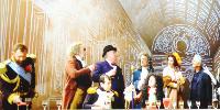 Aperçu du film présenté ce 14 janvier, avec de gauche à droite le tsar Nicolas II et son vin de Crimée, Thomas Jeferson et son verre de bordeaux, l'empereur Napoléon Bonaparte et son verre de Gevrey-Chambertin, le premier ministre Winston Churchill et sa flûte de Champagne, le roi Louis XIV et son clairet, le cinéaste Alfred Hitchcock et son plateau de service, le philosophe Voltaire et son verre de Bourgogne, le comédien Pierre Arditi, le romancier François Rabelais et son vin d'Anjou et le philosophe Pline l'Ancien et son vin antique.