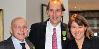 «Le Mérite Agricole est appelé poireau par analogie avec la couleur blanche de la médaille et le vert du ruban» rappelle l'ambassadeur Jean-Pierre Jouyet dans son discours aux récipiendaires (de gauche à droite Gérard Basset, Edward Squires, Anne Burchett et Stephen Browett).