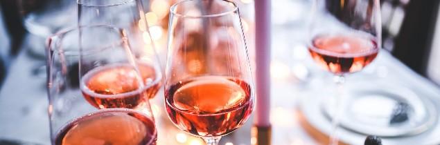 Le vin rosé s'affiche de plus en plus à table et pas seulement l'été.