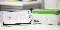 L'équipement est composé d'un boitier incubateur-amplificateur, d'une tablette androïd et de kits de fournitures pour les analyses.