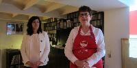 Maïwenn Brabant, chargée de communication (à gauche) et Françoise Lannoye, présidente (à droite) présentent l'opération originale de promotion des Côtes de Castillon dans un lieu tout aussi original : le loft de Stephen à Paris.