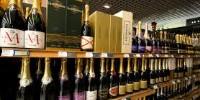 En France, le champagne peine à limiter la casse, ses ventes régresse de 4.2% en volume et de 1.8% en valeur.