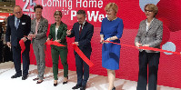 Pour couper le ruban de ProWein 2019, on trouvait sur scène Carolin Klöckner (vêtue de vert), la reine des vins d'Allemagne 2018 et Thomas Geisel, le maire de Düsseldorf (au centre), aux côtés de Julia Klöckner (en robe bleue, qui n'a aucun lien de parenté avec la reine des vins) et Anne-Marie Descôtes (à droite).
