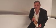 La gamme actuelle des Maîtres Vignerons de la Presqu'île de Saint-Tropez va de 6 à 22euros/col précise Frédéric Schaeffer, un magnum de Gold dans les mains.
