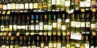 Le rayon vin horripile les vignerons : derrière des étiquettes à l'univers évoquant la France, ce sont en fait des vins étrangers qui sont parfois cachés.