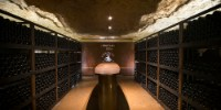 La vinothèque a été aménagée dans la galerie d'accès à l'ancien ascenseur, inutilisée depuis plus de 20 ans.
