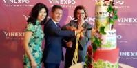 Rythmée par les percussions d'une danse des lions, l'inauguration de cette édition se conclut par un gâteau à la hauteur de l'anniversaire pour Monica Lee-Müller (directrice général du centre d'exposition de Hong Kong), Guillaume Deglise et Anne Ruston.