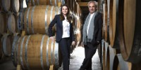 Francis Abécassis et sa fille Elodie dans un chai d'eaux de vie de Cognac de l'entreprise