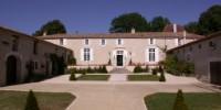 La chartreuse du Château Masburel est composée de deux ailes formant une cour, 8 chambres et 8 salles de bain ainsi que 5 pièces de réception.