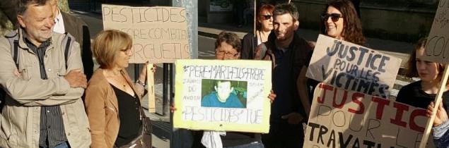 « La reconnaissance en maladie professionnelle est un droit, pas une faveur » martelait Marie-Lys Bibeyran (au centre), ce 7 juin, lors d'un rassemblement devant la Cour d'Appel de Bordeaux.