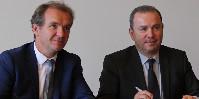 Le partenariat a été signé par les coprésidents du CIVC, le vigneron Maxime Toubart à gauche et le négociant Jean-Marie Barillère à droite, ainsi que Christophe Lecourtier, le directeur général de Business France (au centre).
