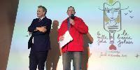 Jean-Charles de Castelbajac et David Ratignier lors de la conférence de presse d'InterBeaujolais pour la sortie du beaujolais nouveau. Le visuel imaginé par le créateur pour l'interprofession connaît un très bon accueil.