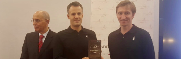 """Innovating is all about keeping up with the times"", says Joachim Amorim, vice-president of the Amorim group, presenting their awards to Grégoire Henry and Tristan Destremau on 21 November at the Bordeaux Exhibition Centre."