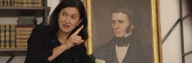 Née au Venezuela, Margareth Henriquez est une diplômée d'Harvard vivant en France, comme le précise la maison Krug.
