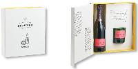 «L'éphémère et l'intemporel se mêlent dans une fascination partagée, celle de la fine bulle de Champagne et celle de la flamme» introduit Charline Drappier sur le packaging du coffret.