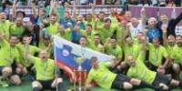 Chaque année des vignerons européens s'affrontent au football. Ici, l'équipe slovène qui a remporté le tournoi cette année.